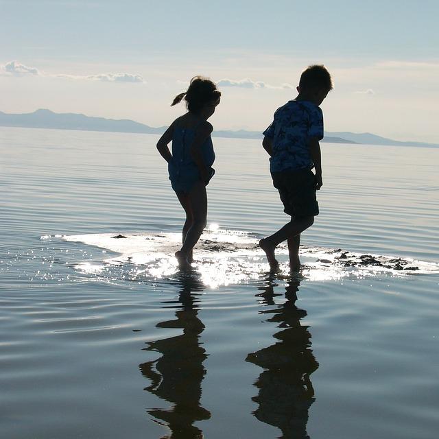 kinderen water lopen