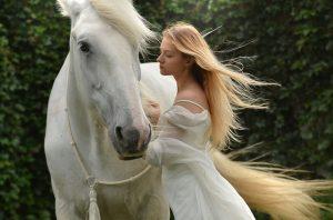 vrouw paard wit