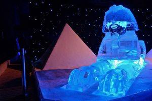 winter ijssculptuur sfinx