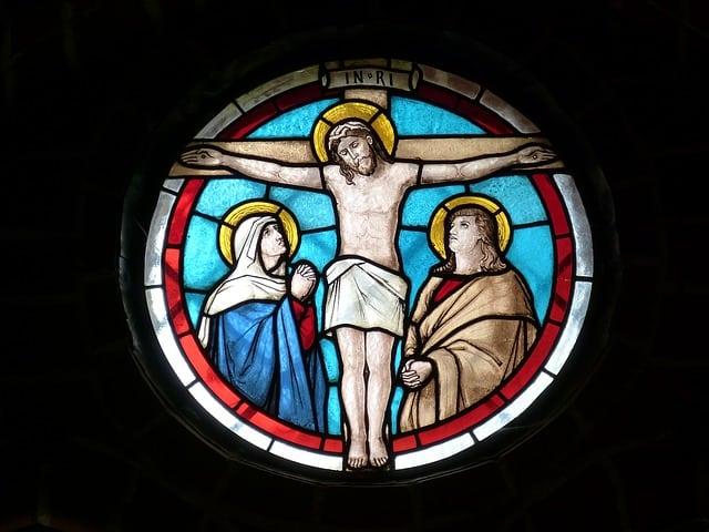 glas-in-lood kruisiging Jezus pixabay