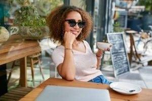 Dame zonnebril terras Foto oogfonds