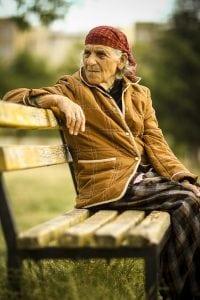 oudere vrouw op bank