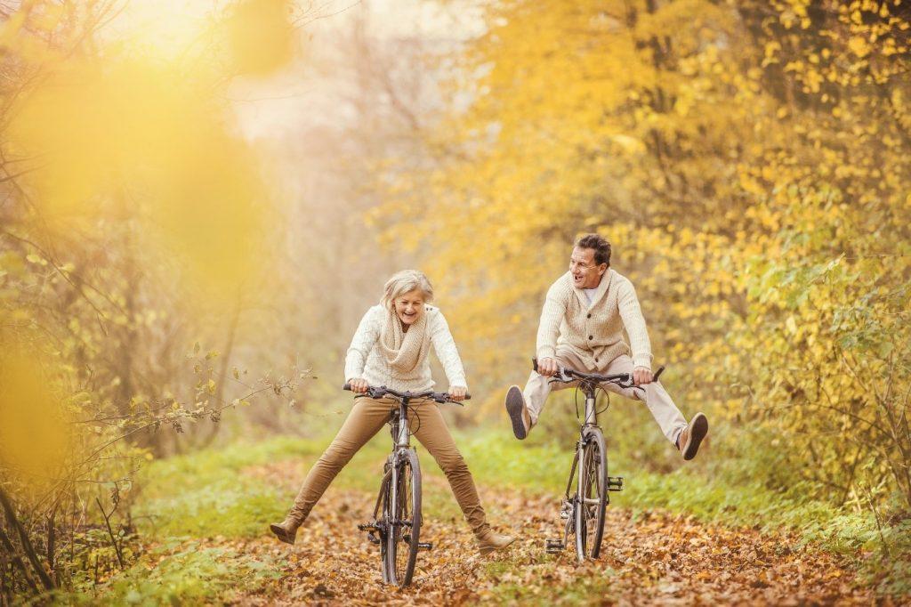 ouderen senioren fiets bos plezier Lequal